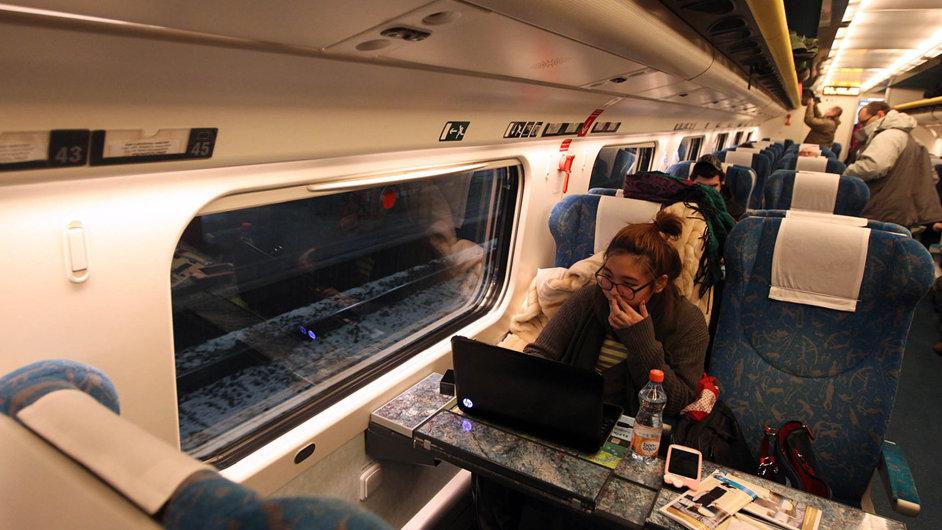 Cestování sinternetem: Pasažéřisi oblíbili službu wi-fi zdarma. Ne všude ale funguje kjejich spokojenosti. Snímek je zvlaku Pendolino Českých drah.