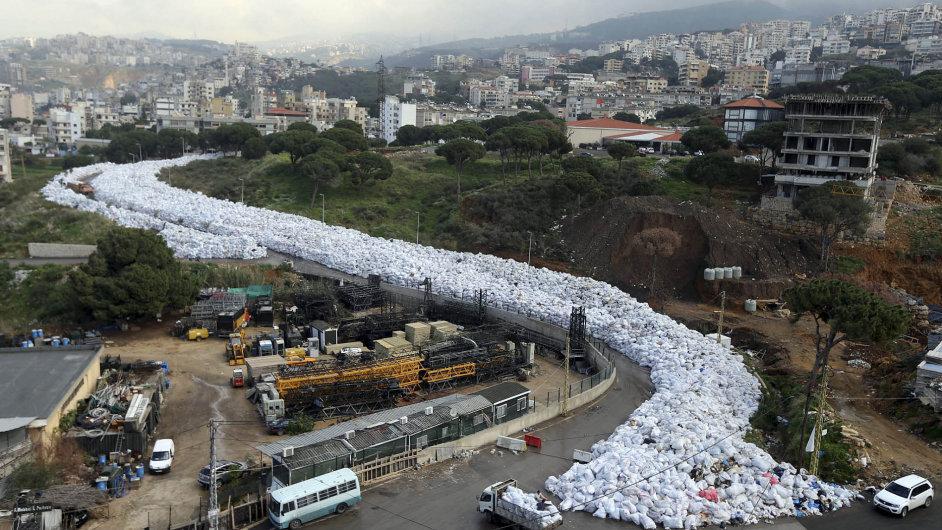 Had v podobě pytlů s odpadky se vine bejrútskou ulicí.