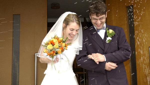 Lidé žijící v manželství se podle studie mohou dožít vyššího věku – ilustrační foto.