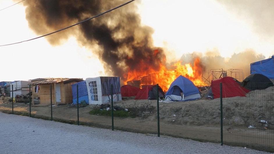 Bitka a požár v uprchlickém táboře v Calais