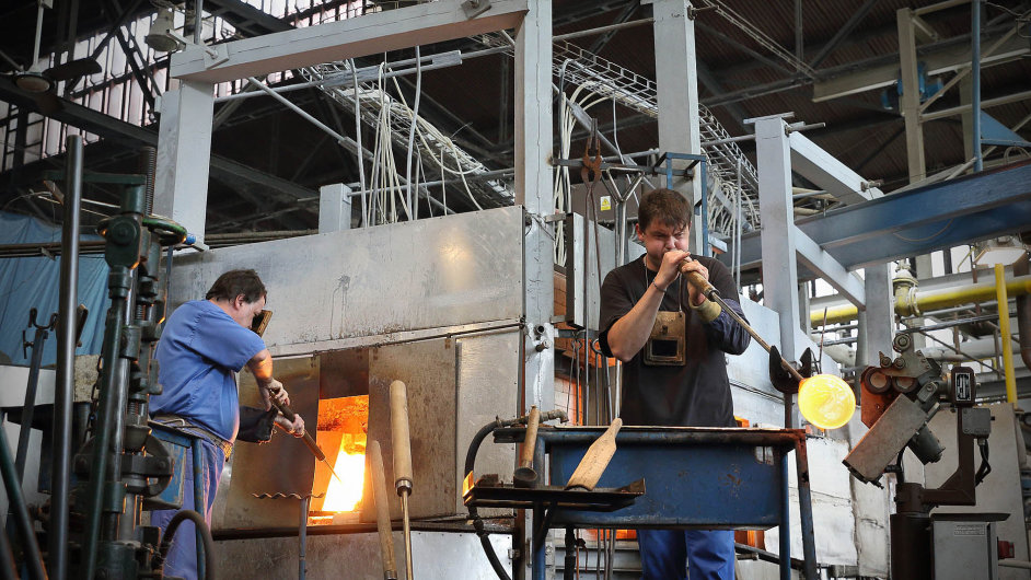 Asi deset procent výrobků Kavalierglassu stále vzniká pod rukama sklářů, kteří vSázavě udržují původní řemeslo.