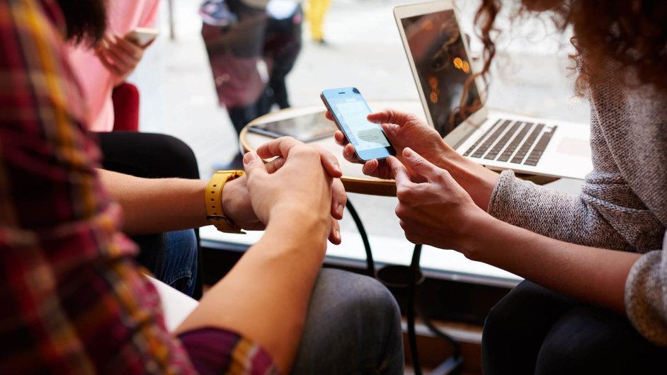 Dnešní dvacátníci nedají mobil zruky, sledují několik sociálních sítí naráz.