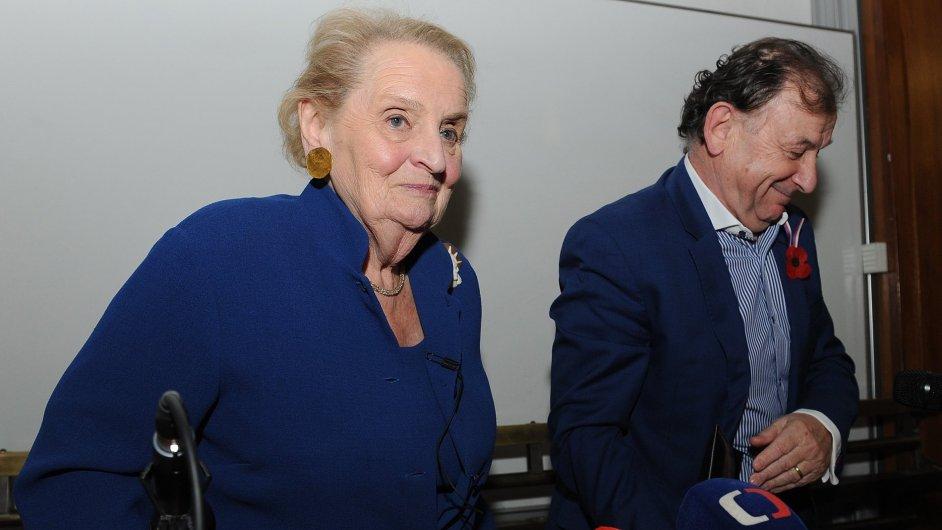 Bývalá americká ministryně zahraničí Madeleine Albrightová (vlevo) se 11. listopadu zúčastnila diskuse se studenty na Filozofické fakultě Univerzity Karlovy v Praze. Na snímku vpravo je bývalý diploma