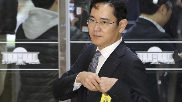 I Če-jong na fotografii z prosince 2016, kdy se zúčastnil slyšení v jihokorejském parlamentu. Nyní bude - už jako podezřelý - vyslýchán policií.