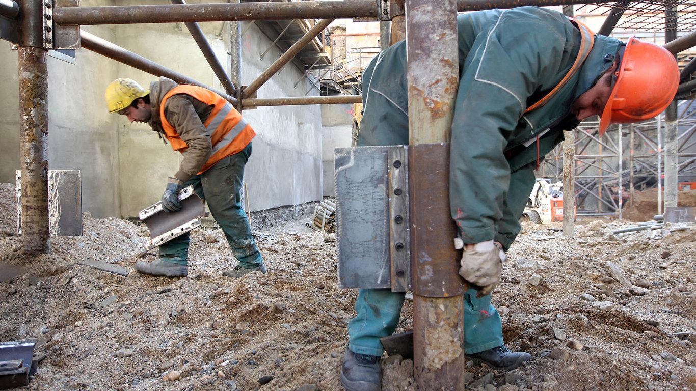 Zaměstnávání Ukrajinců, kteří často pracují načeských stavbách, měl usnadnit takzvaný visapoint. Provázejí ho však nedostatky akorupce.