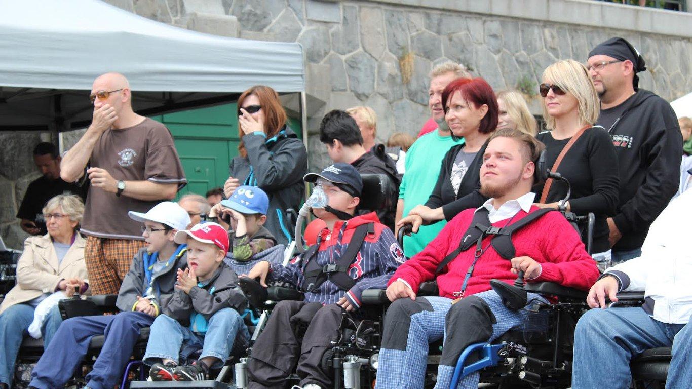 Lidé trpící svalovou dystrofií na minulém ročníku MDA Ride.