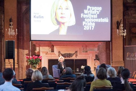 Snímek z debaty se spisovatelkou Ayse Kulinovou na Festivalu spisovatelů Praha.