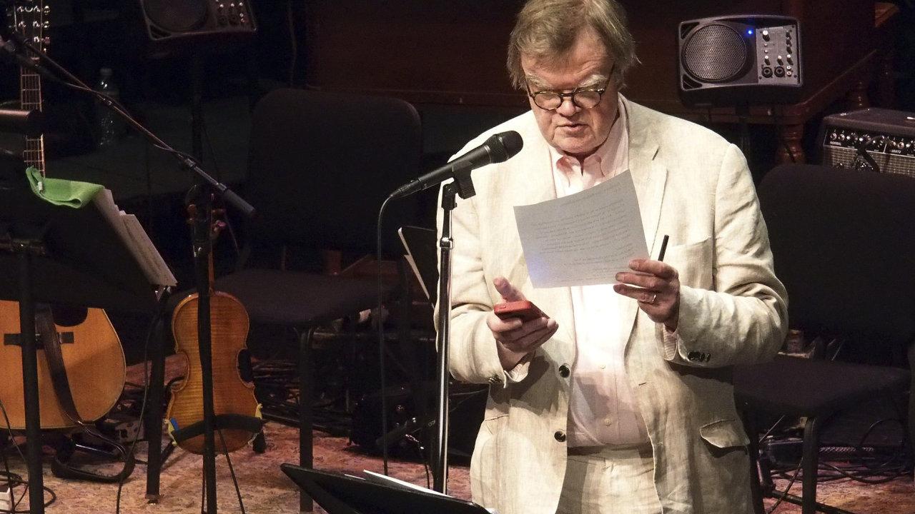 Na snímku z loňského roku z Fitzgeraldova divadla ve městě St. Paul je Garrison Keillor při propagaci svého pořadu.