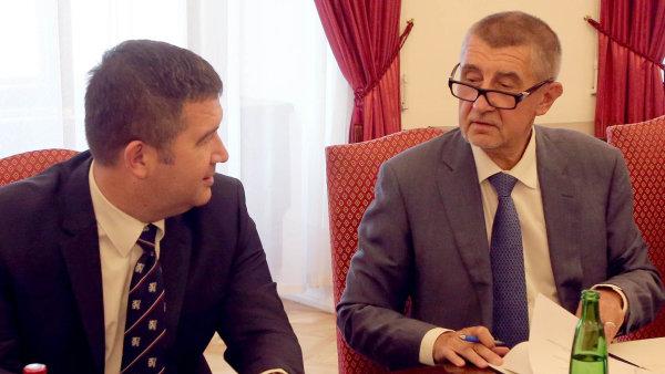 Jdeme do toho spolu. Lídr ČSSD Jan Hamáček podepisuje koaliční smlouvu s premiérem Andrejem Babišem (ANO).