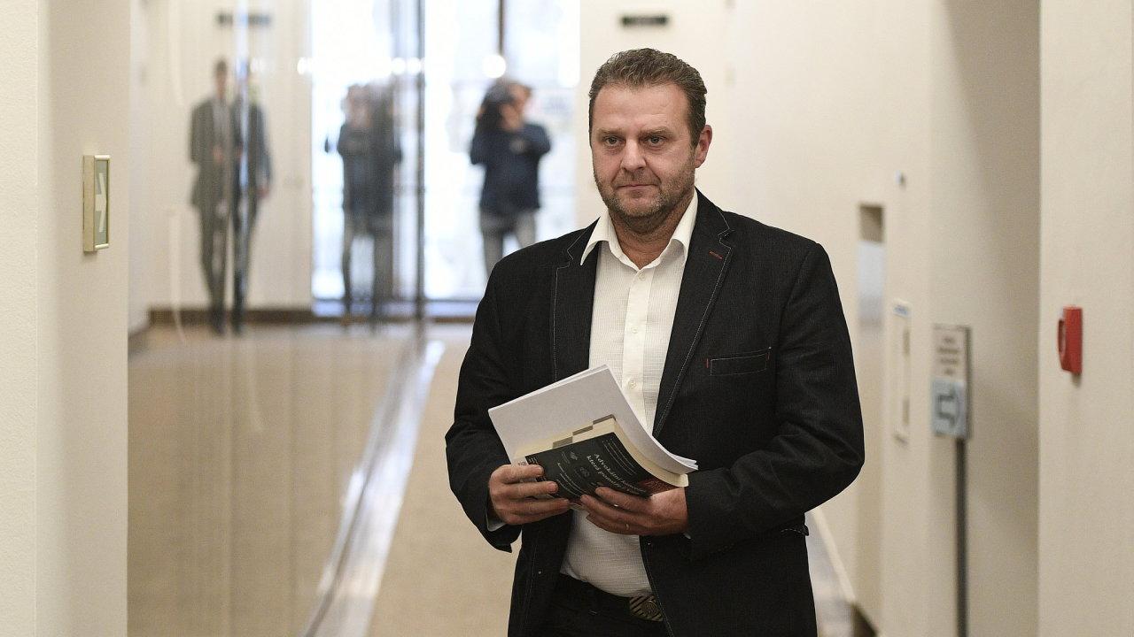 Poslanec KSČM Zdeněk Ondráček odchází ze schůze sněmovního mandátového a imunitního výboru, který pokračoval v projednávání žádosti policie o jeho vydání k trestnímu stíhání.