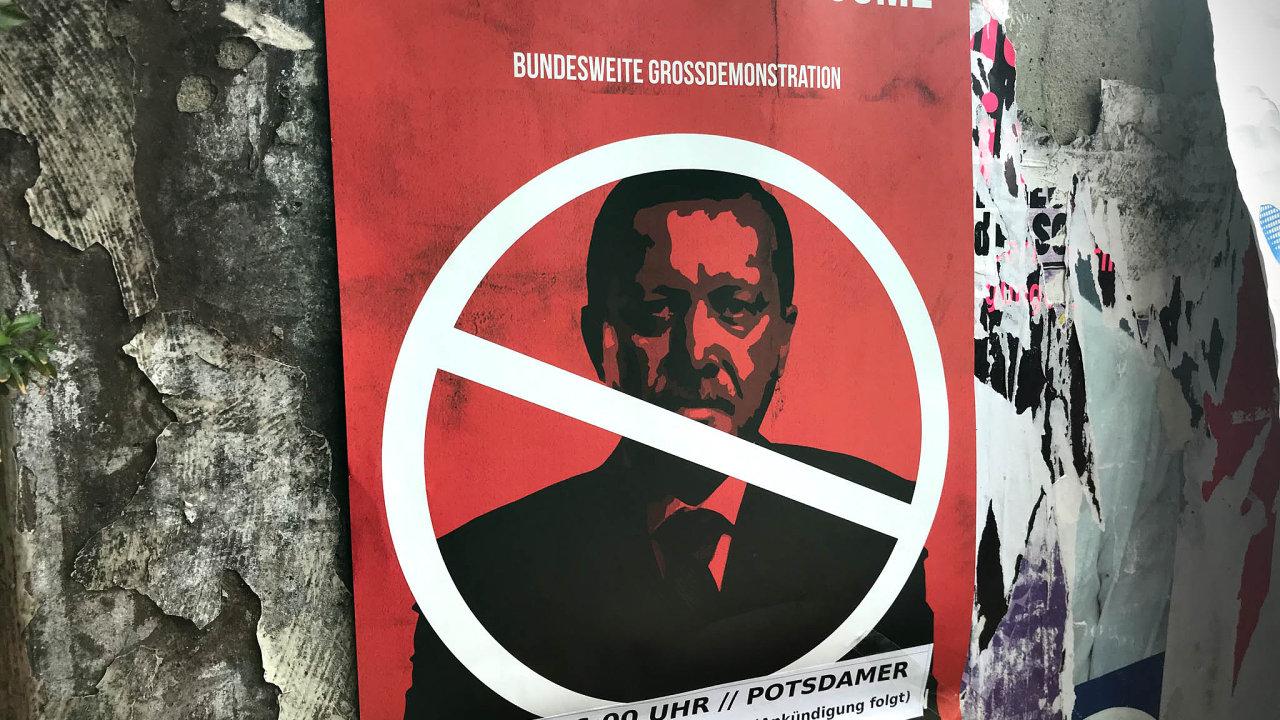 Erdogan není vítán. Plakát proti návštěvě tureckého prezidenta spozvánkou nademonstraci naPostupimském náměstí vBerlíně.
