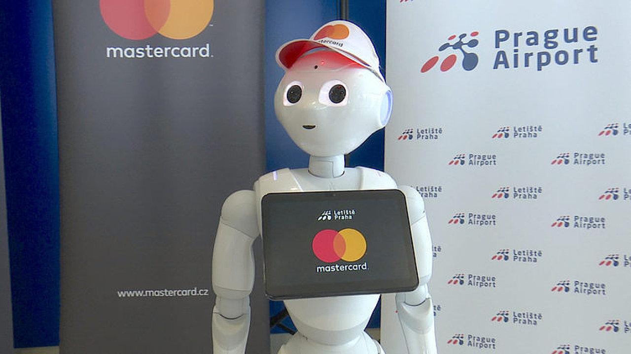 Pomůže najít bránu i pobaví. Letiště Praha představilo robota pro cestující.