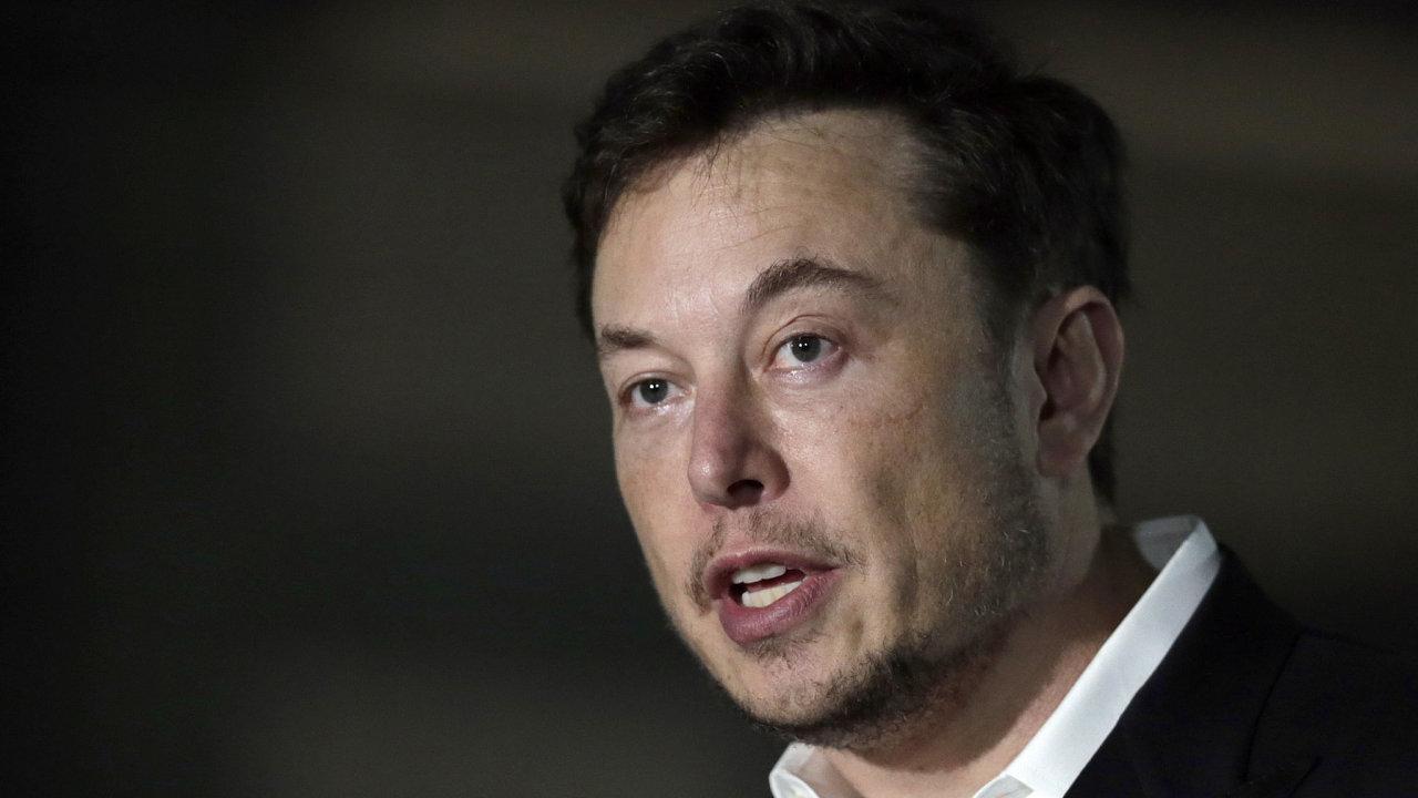 Elon Musk formálně končí v čele Tesly - na postu předsedy správní rady ho vystřídá Robyn Denholmová.