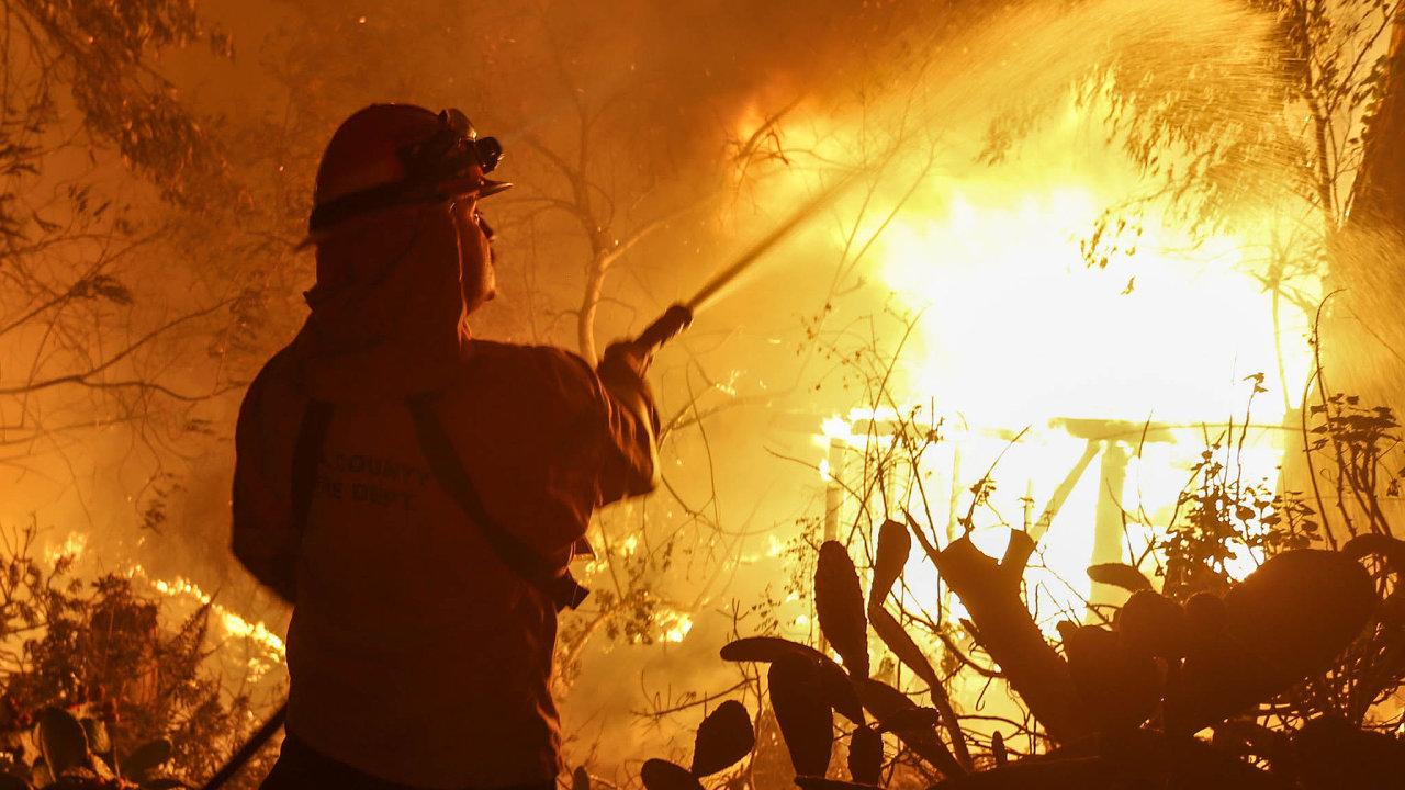 Kalifornie v plamenech. Rozsáhlý požár pustoší vyhlášené letovisko Malibu.