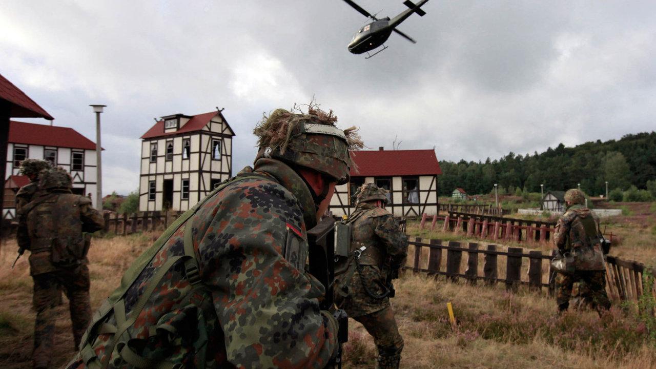 Čeští vojáci budou nejspíš v roce 2018 pod německým velením společně bránit Litvu v rámci posílených praporů NATO. Na ilustračním snímku cvičení vojáků bundeswehru nedaleko od Bergenu.