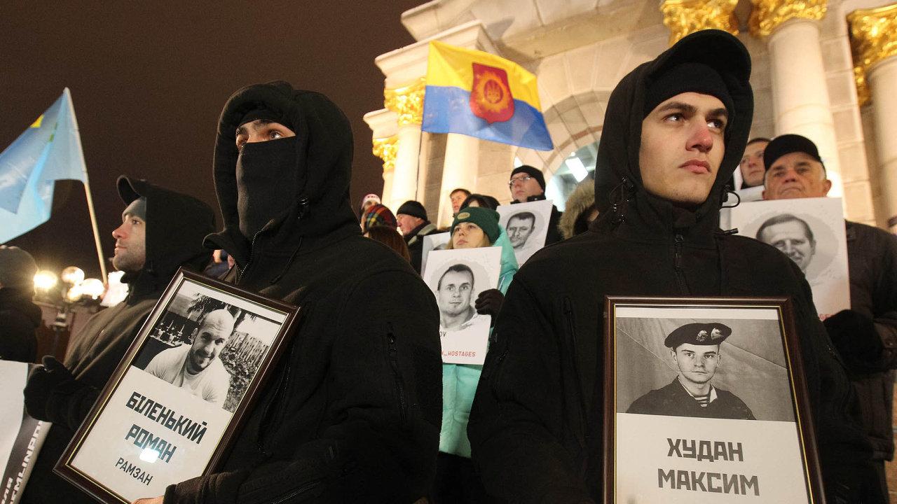 Propusťte námořníky. Dvacet čtyři ukrajinských námořníků zajatých Rusy loni 25. listopadu vKerčském průlivu zatím zůstává vruské vazbě. Fotka je zprosincového protestu vKyjevě.