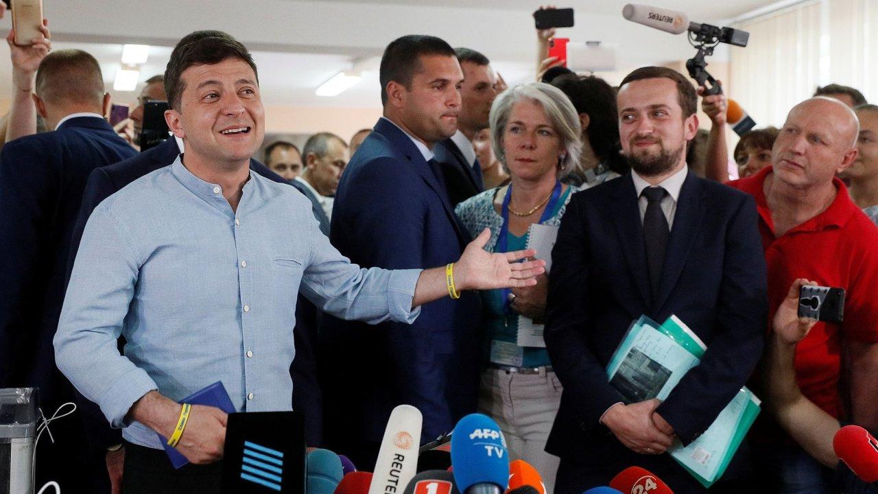 Ukrajinský prezident Volodymyr Zelenskyj (ve světle modré košili) ve volebním štábu.
