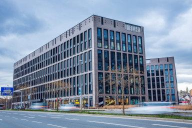 Na konci května prodal developer J&T Real Estate pražský komplex kanceláří Rustonka. Jeho novými vlastníky se stal korejský investiční fond Hana Alternative Asset Management a White Star Real Estate.