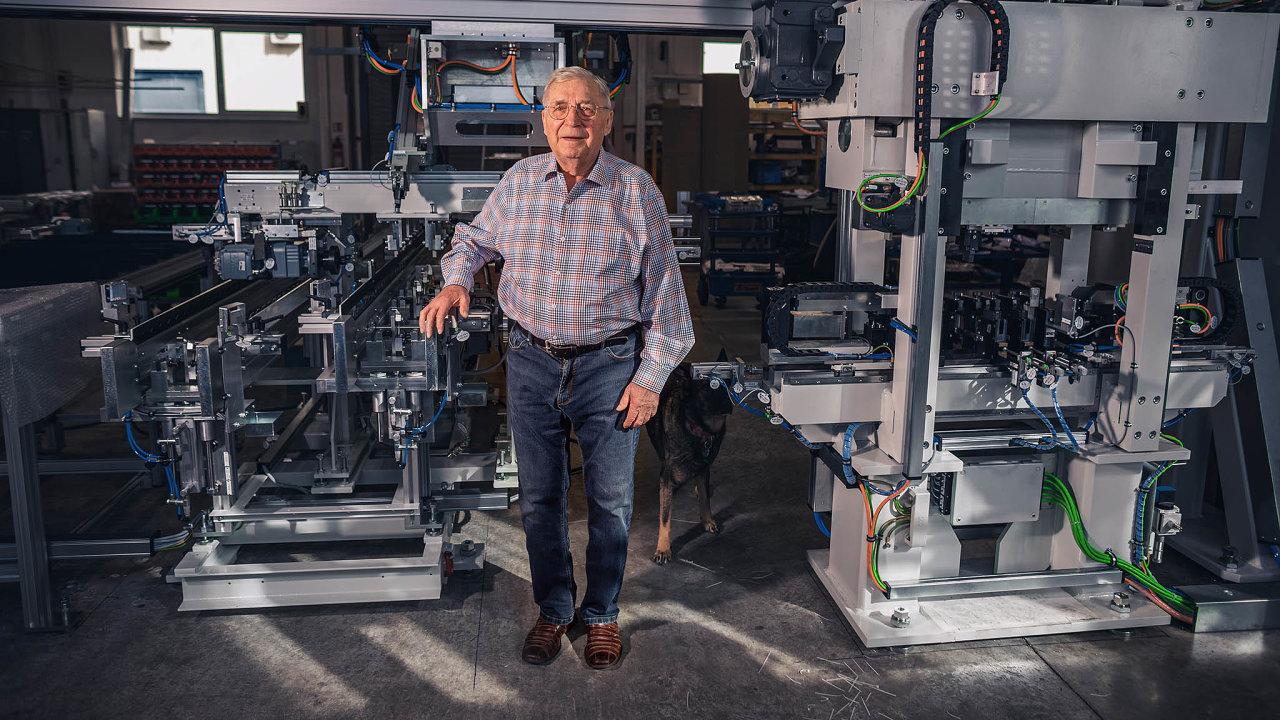 Bývalý emigrant František Kubík, jehož firma vyrábí speciální stroje avyváží je mnohdy vjednokusových sériích do celého světa, hodlá kvůli finanční správě opět opustit svou rodnou zem.