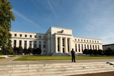 Kromě razantního snížení sazeb americká centrální banka obnovila nákupy cenných papírů. Snaží se tak dodat finančním trhům likviditu azajistit ihladké fungování celého bankovního systému.