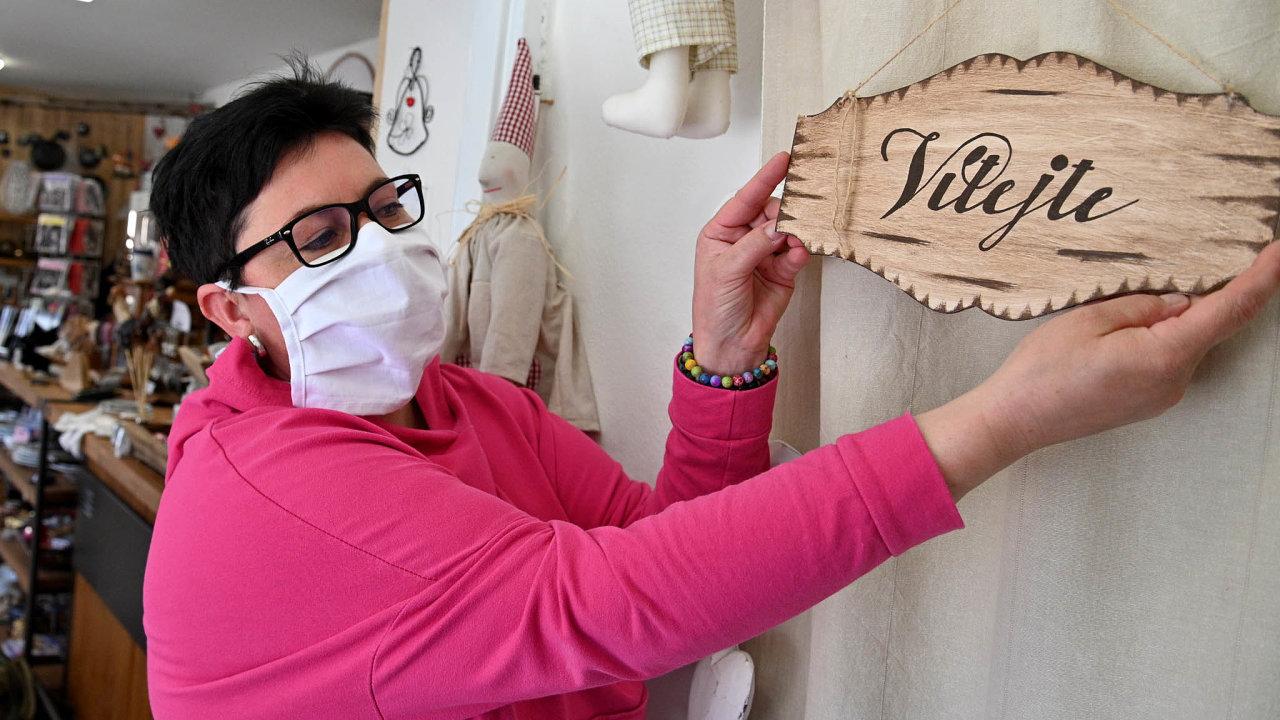 Majitelka Iva Klusáčková připravuje svůj obchod s bytovými dekoracemi v Kuřimi.