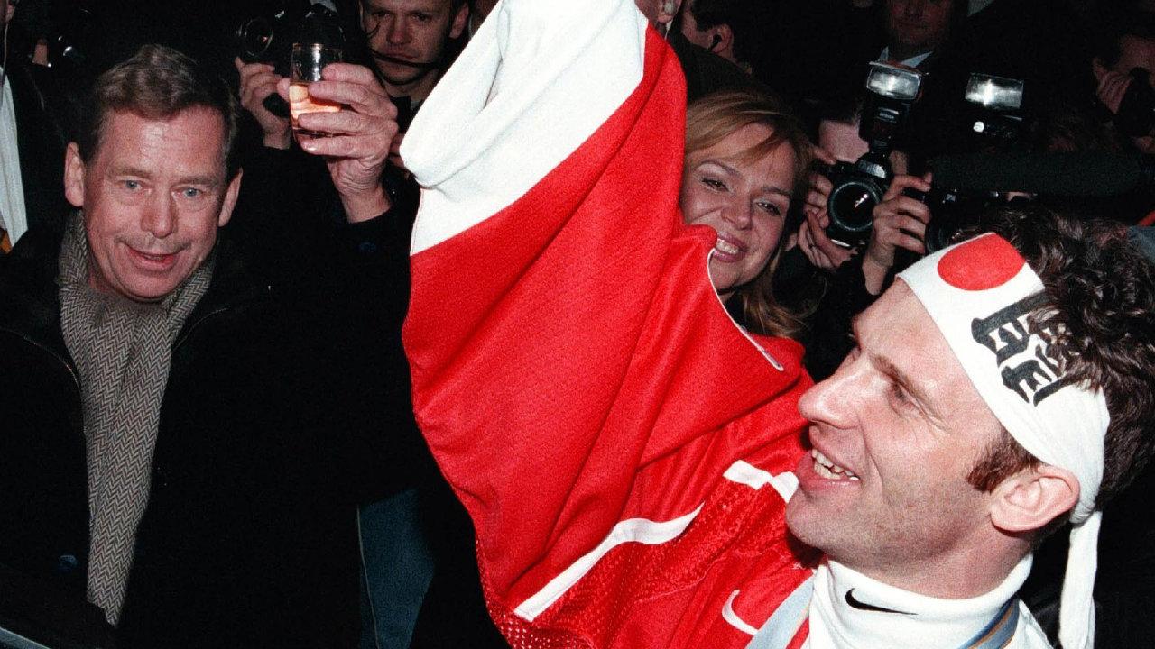 Zatím vpodhradí. Apříště... Čeští hokejisté se ponávratu zNagana stavili nakrátkou neformální oslavu zlatých olympijských medailí vzahradě pražské vily tehdejšího prezidenta Václava Havla.