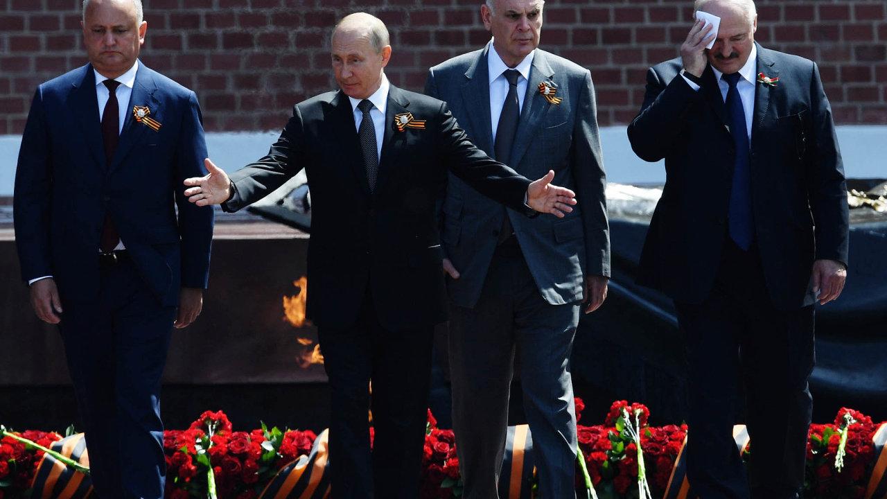 Hrob Neznámého vojína: Poskončení vojenské přehlídky položil Vladimir Putin spolu se svými hosty zTádžikistánu, Moldavska, Abcházie aBěloruska kytici nahrob Neznámého vojína.