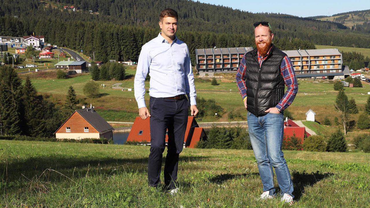 Sílící zájem oKrušné hory se vposledních letech projevuje ivnárůstu poptávky pozdejších nemovitostech. Štěpán Pavelka (vlevo) aDušan Šťastník natom staví svůj byznys.