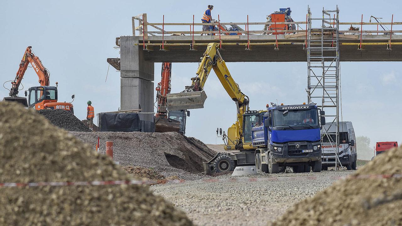 Výstavbu klíčových komunikací už spekulanti či odpůrci stavby jen tak nezastaví, ovšem zacenu výrazného zásahu dovlastnických práv. Nasnímku budování dálnice D11 vobci Stěžery uHradce Králové.