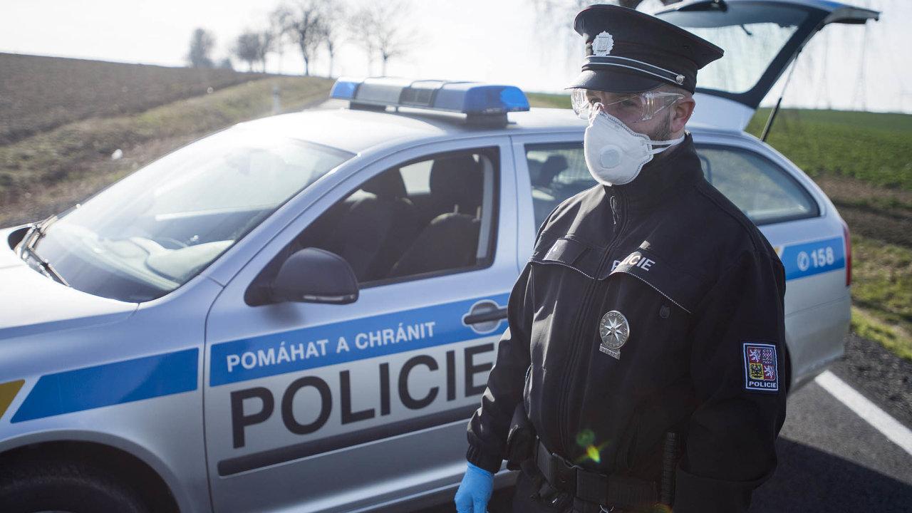 Dál už se nesmí: Policista hlídá vstup doobce Kynice naHavlíčkobrodsku, nakterou byla vyhlášena karanténa.