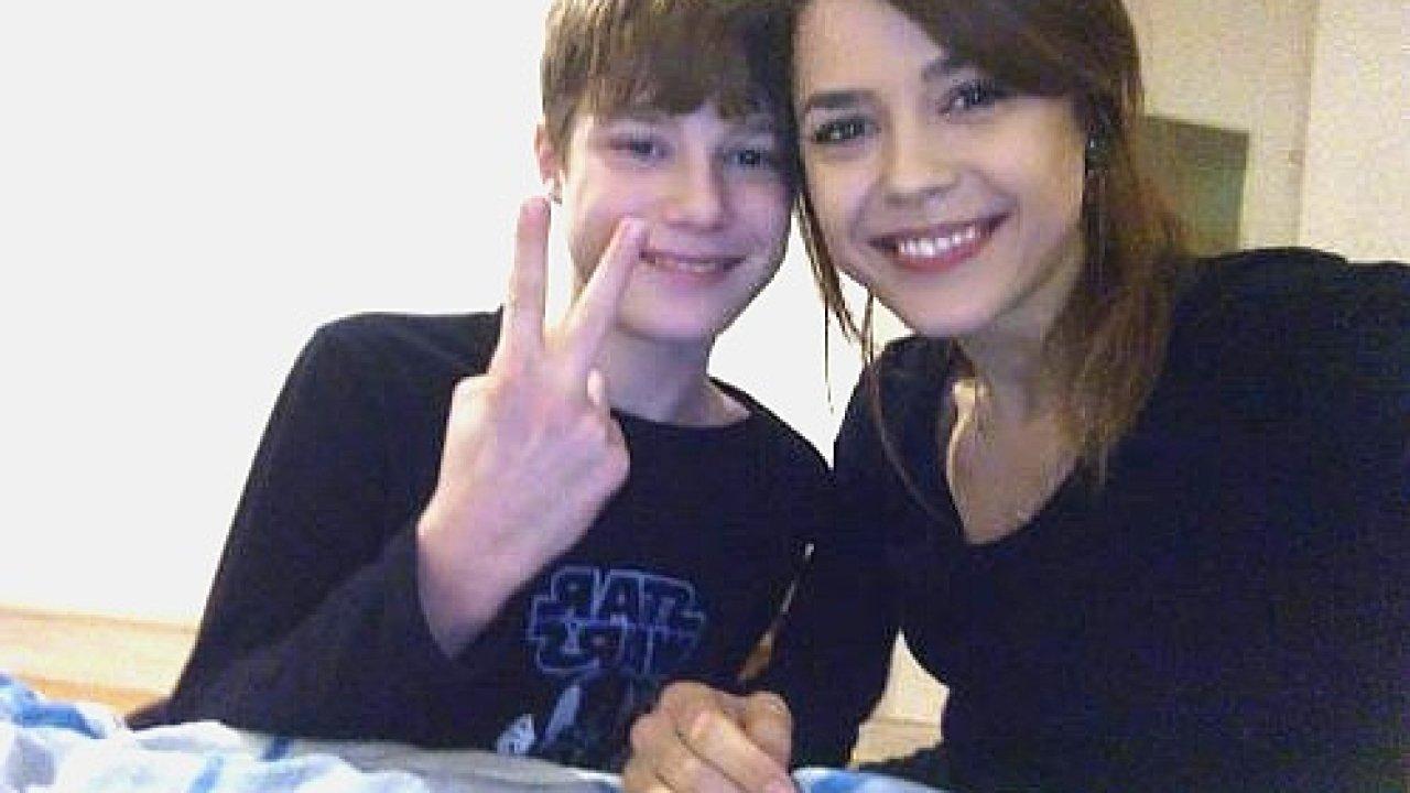 Šestadvacetiletá Denisa Záhorská se svým bratrem, kterého převzala do péče.