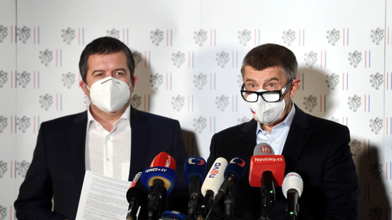 Premiér Andrej Babiš (vpravo) a první místopředseda vlády Jan Hamáček vystoupili 17. dubna 2021 v Praze na mimořádné tiskové konferenci na ministerstvu zahraničních věcí.