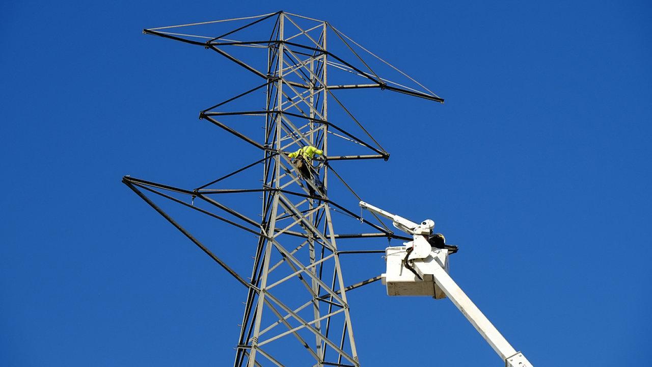 Elektřina, energetika, elektrické dráty, dráty vysokého napětí, vysoké napětí, ilustrační foto