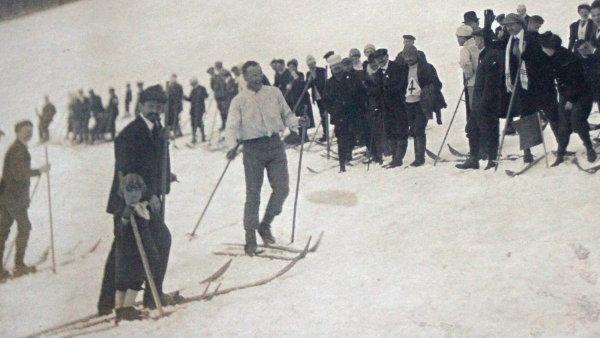 Bohumil Hanč (v bílém svetru vpředu) byl už od počátku 20. století vynikajícím a slavným závodníkem.