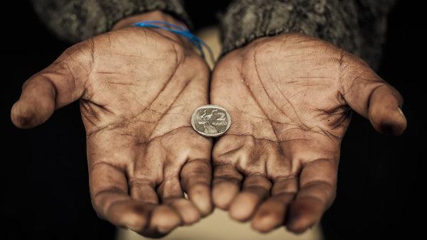 Většina lidí majících problémy s chudobou s příjmy vychází - Ilustrační foto.