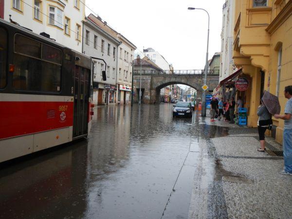 Zaplavená Sokolovská ulice v pražském Karlíně