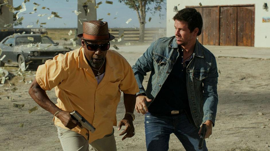 Denzel Washington a Mark Wahlberg ve filmu 2 zbraně