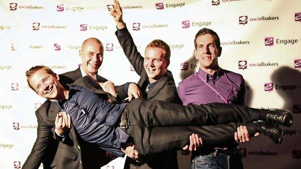 Firma Socialbakers, které šéfuje Jan Řežáb (na fotce v náručí kolegů).