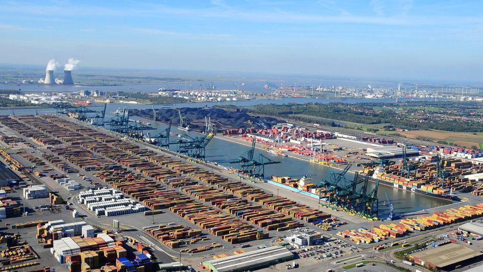 Podle agentury Reuters se centrum průmyslu přesouvá na východ. Na obrázku přístav v Antverpách.