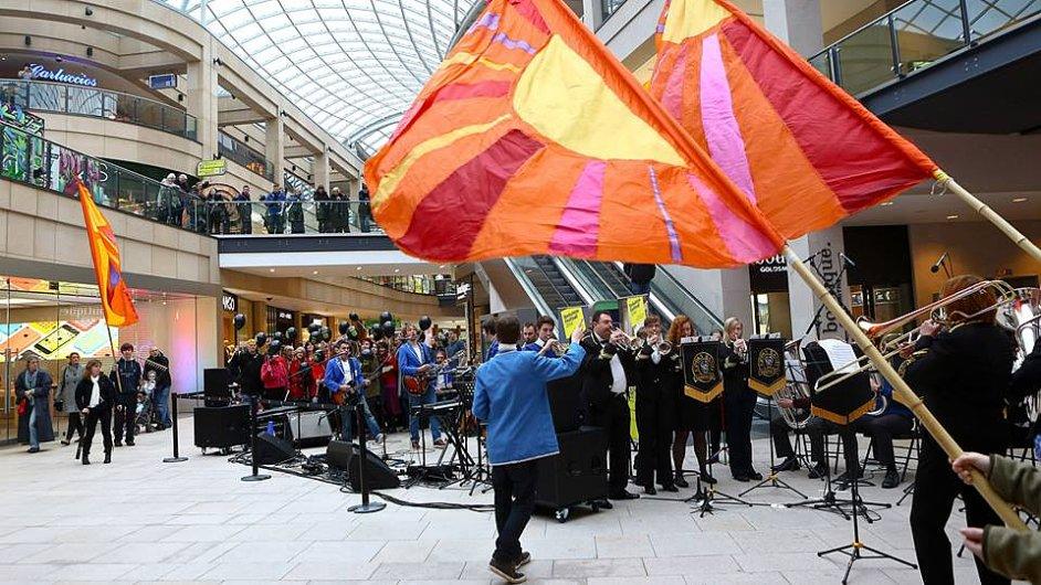 Díky grantu například v obchodním domě v Leedsu hrál studentský orchestr.