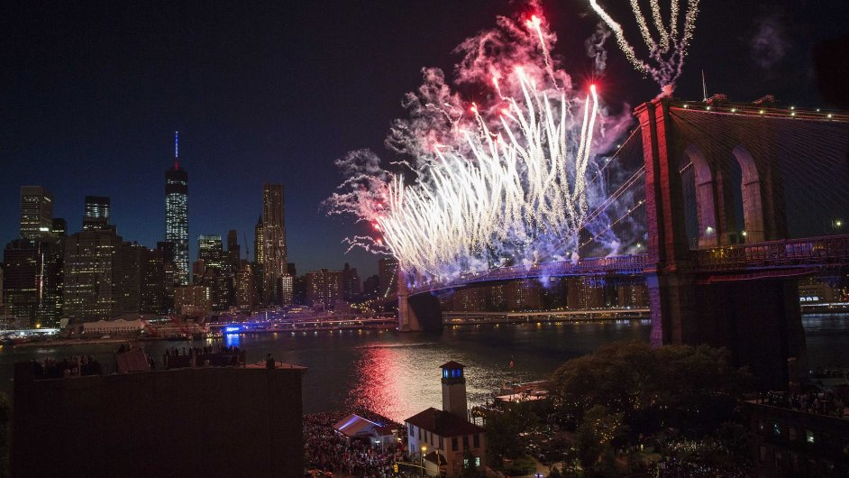 Ohňostroj nad Brooklynským mostem