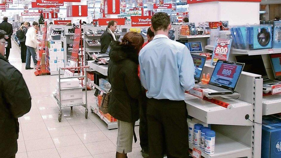 V Rusku klesají nákupy v drahých obchodech, tržby se zvyšují megamarketům a levným řetězcům.