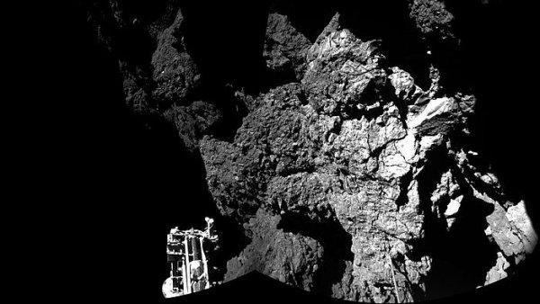 První snímek, který modul Philae poslal po přistání kometě.