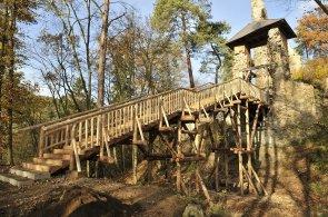 Ke zřícenině Zlenice, známé z Ladových obrázků, vede nový dřevěný most