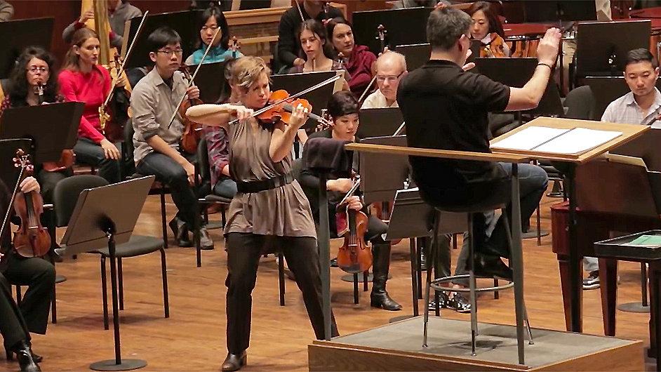 Sólistkou Adamsovy skladby byla houslistka Leila Josefowicz.
