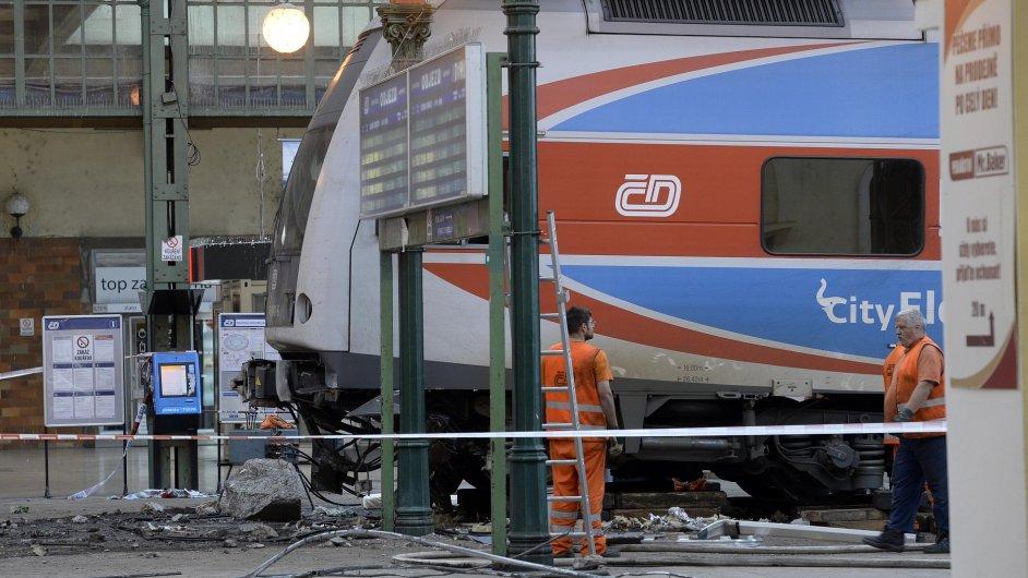 Masarykovo nádraží v Praze bylo uzavřeno kvůli nočnímu vykolejení osobního vlaku.
