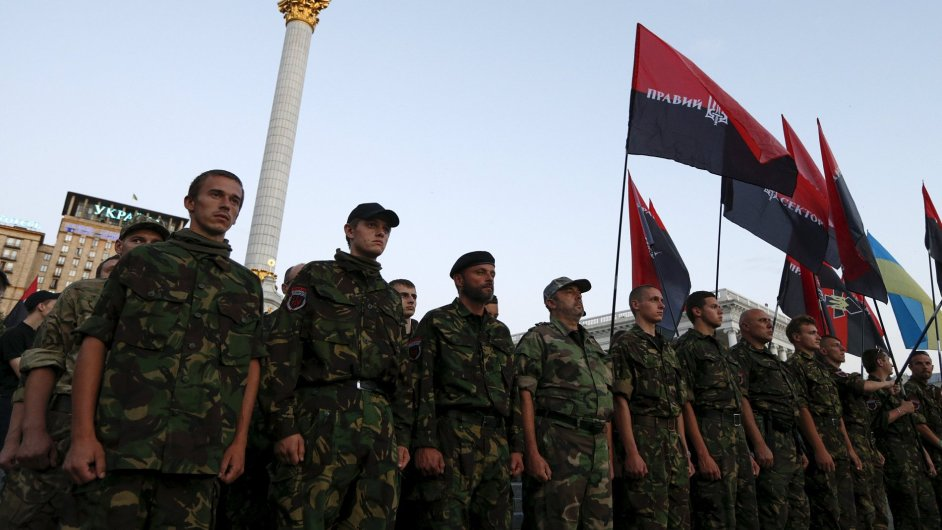 Členové ultrapravicové skupiny Pravý sektor na shromáždění v Kyjevě.