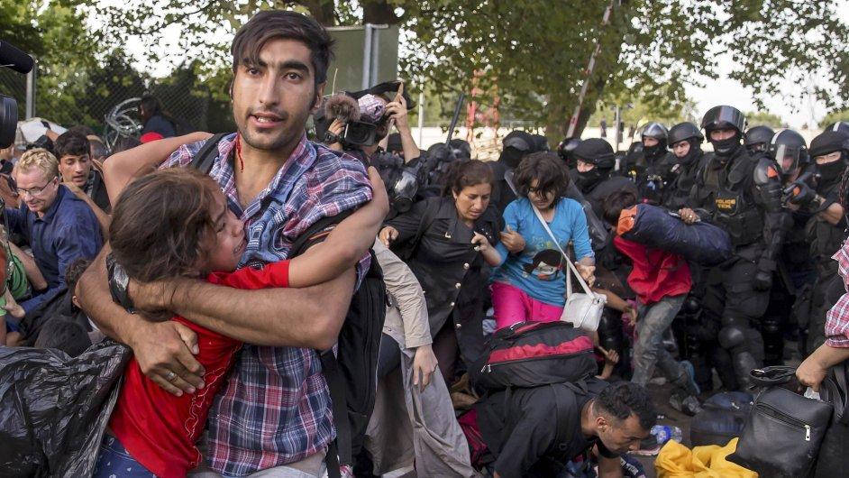 Podle srbské televize zranila maďarská policie ve středu zhruba tři stovky lidí.