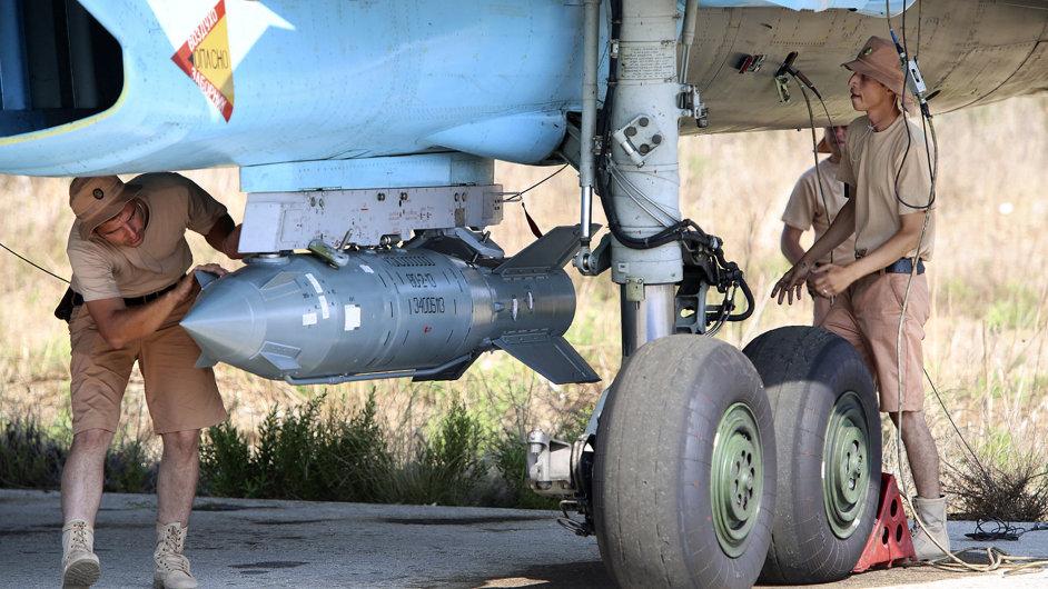 Ruský bojový letoun SU-34 na základně Hmeimim v Sýrii.