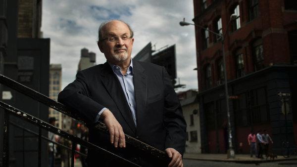 Sir Salman Rushdie na aktuálním snímku z New Yorku, kde dnes žije.